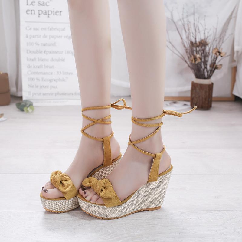 နွေရာသီအတွက်သစ်လွင်တောက်ပသော အမျိုးသမီးစီး ဒေါက်မြင့်ဖိနပ်