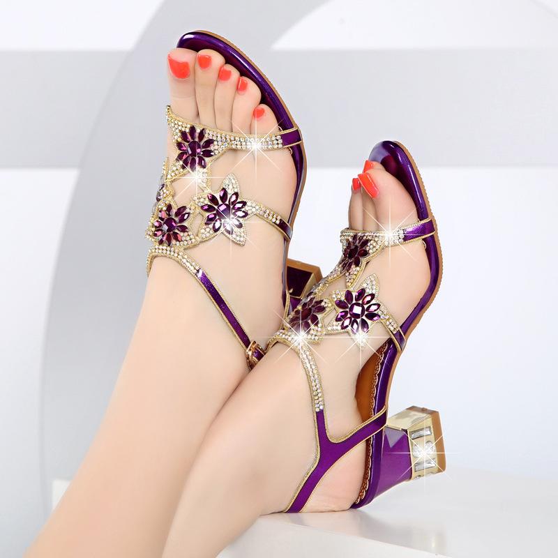 ဖိနပ်ကြိုးပေါ်မှာ ပန်းပွင့်ဒီဇိုင်းများဖြင့် အလှဆင်ထားသော အမျိုးသမီးစီးဖိနပ်များ