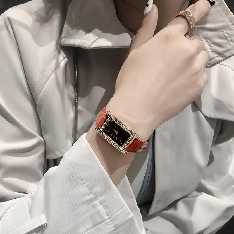 လေးထောင့်ပုံစံအမျိုးသမီးဝတ်နာရီ